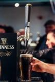 Pół kwarty Guinness z palcowy wskazywać Zdjęcie Royalty Free