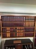 Półka na książki w wysokiej statek jadalni obraz stock