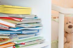 Półka na książki z dzieciak książkami obraz royalty free
