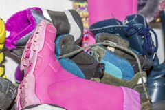 Półka z brudnymi butami i butami obraz stock