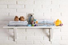 Półka z dzieci akcesoriami na bielu fotografia stock