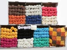 Półki z bawełnianymi piłkami w pasamonictwie robią zakupy Fotografia Stock
