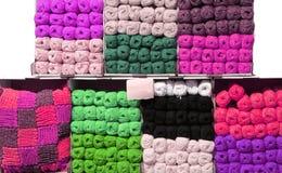 Półki z bawełnianymi piłkami w pasamonictwie robią zakupy Obrazy Stock