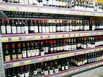 Półki z butelkami różnorodni rodzaje wino w supermarkecie Lenta obrazy stock
