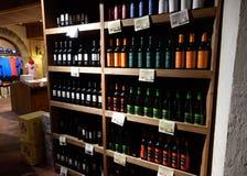 Półki z winem i szampanem w sklep wytwórnii win Kontuar przy wytwórnią win obrazy royalty free