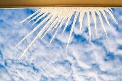 Półkole Wielcy Iskrzaści sople na Nadokiennej ramie przy niebem obraz stock