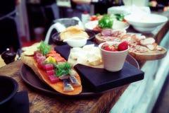 Półmisek jedzenie na restauracja kontuarze, stonowany obraz stock