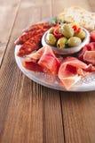 Półmisek serrano jamon Leczył mięso, Ciabatta, chorizo i oliwki, fotografia stock