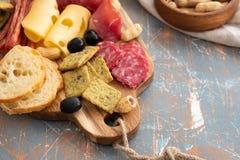 Półmisek z Hiszpańskim baleronu jamon lub włoszczyzny prosciutto crudo, pokrojony Włoski ciężki ser domowej roboty wysuszony mięs zdjęcia royalty free
