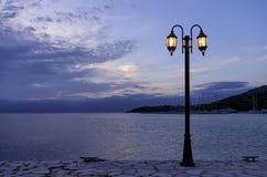 Półmrok barwi nad morzem przy Syvota wioską fotografia royalty free