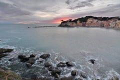 Półmrok kolory baia Del Silenzio miejsca przeznaczenia Italy levante Liguria regionu sestri turysta italy Liguria obrazy stock