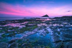 Półmrok lub świt przy skalistą plażą w południowym zachodnim England, Wembury fotografia royalty free