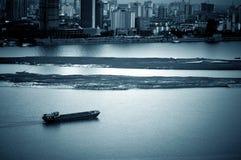 Półmrok miasto rzeka. zdjęcia stock