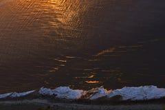 Półmrok na Natron jeziorze Słońce ustawiająca above - wodna powierzchnia widok z lotu ptaka zdjęcie stock