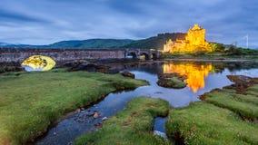 Półmrok nad loch przy Eilean Donan kasztelem w Szkocja, UK fotografia stock