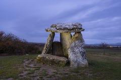 Półmrok nad Sorginetxe dolmenem w Alava, obrazy stock