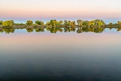 Półmrok nad spokojnym jeziorem z spadkiem barwi obrazy royalty free