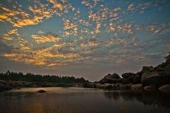 Półmrok nad Tungabhadra rzeką w Hampi, Karnataka, India fotografia stock