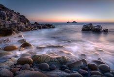 Półmrok, Porth Nanven z pięknym światłem nad peb i skałami, fotografia stock