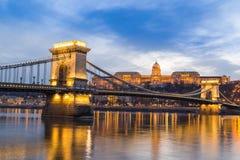 Półmrok przy mostem na Danube rzece z światłami fotografia stock