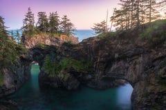 Półmrok przy Naturalnymi mostami wzdłuż Samuel H Boardman stanu Sceniczny korytarz, Oregon podczas z?otego godzina zmierzchu USA obraz royalty free