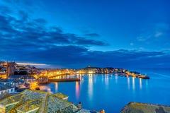 Półmrok przy pięknym nadmorski miasteczkiem St Ives zdjęcia royalty free