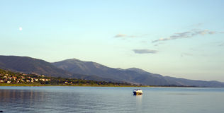 Półmrok scena nad jeziornym prespa w Macedonia, fotografia stock