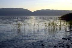 Półmrok scena nad jeziornym prespa w Macedonia obrazy stock