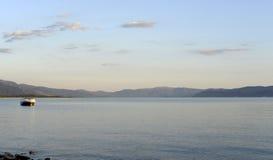 Półmrok scena nad jeziornym prespa w Macedonia, zdjęcia royalty free