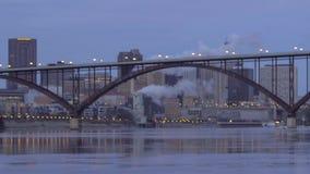 Półmrok Spada na Ściśniętym St Paul linia horyzontu Za Smith alei wysokości mostem w zimie zbiory