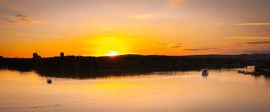 Półmrok spadki nad rzeką i miastem jako riverboats turyści cieszą się wieczór obrazy stock