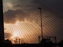 Półmrok widzieć przez zawieszenie kabli most fotografia royalty free