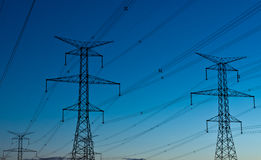 półmroku elektryczni elektryczności pilony górują Obraz Royalty Free
