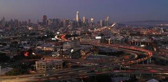 Półmroku zmierzchu zatoki mostu autostrady ruchu drogowego śródmieście San Francisco zdjęcie stock