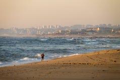 półnagi mężczyzna Biega przy plażą obrazy royalty free