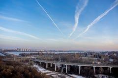 Północ most i ruchu drogowego rondo w Voronezh, evening pejzażu miejskiego widok z lotu ptaka f Obraz Royalty Free
