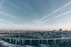 Północ most i ruchu drogowego rondo w Voronezh, evening pejzażu miejskiego widok z lotu ptaka f Zdjęcie Royalty Free