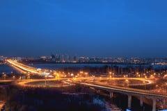 Północ most i ruchu drogowego rondo w Voronezh, noc pejzażu miejskiego widok z lotu ptaka Fotografia Royalty Free