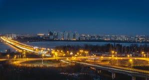 Północ most i ruchu drogowego rondo w Voronezh, noc pejzażu miejskiego widok z lotu ptaka dla Zdjęcia Stock