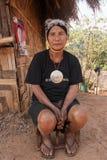 Północ Tajlandia podczas gorącego lata Stara kobieta od Akha grupy etnicza, odpoczynków w cieniu jej domu robić drewno i półdupkó Zdjęcie Royalty Free