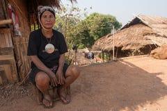 Północ Tajlandia podczas gorącego lata Stara kobieta od Akha grupy etnicza, odpoczynków w cieniu jej domu robić drewno i półdupkó Obraz Stock