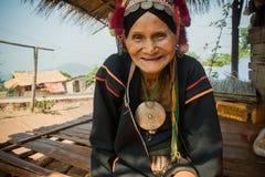 Północ Tajlandia podczas gorącego lata Stara kobieta od Akha grupy etnicza, odpoczynków w cieniu jej domu robić drewno i półdupkó Fotografia Stock