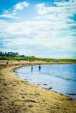 Północna Berwick plaża, turyści chodzi na piasku i, Wschodni Lothian fotografia stock