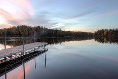 Północna drewna jeziora strona w jesieni przy zmierzchem zdjęcia royalty free
