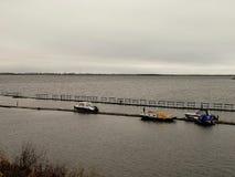 Północna Dvina rzeka - łodzie blisko łodzi staci przy jesień dniem Rosja, Arkhangelsk - Obraz Stock