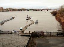 Północna Dvina rzeka - widok łodzi stacja i Solombala most Rosja, Arkhangelsk - Fotografia Stock