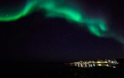 Północni światła nad starym schronieniem Nuuk miasto Zdjęcie Stock