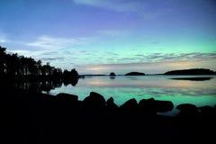 Północni światła tanczy nad spokojnymi jeziornymi zorz borealis Obrazy Royalty Free