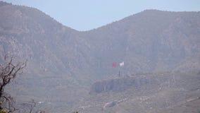 Północny Cypr flaga republika Północny Cypr przeciw niebieskiemu niebu i morzu zdjęcie wideo