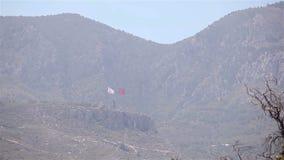 Północny Cypr flaga republika Północny Cypr przeciw niebieskiemu niebu i morzu zbiory wideo